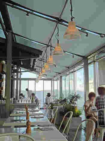 赤レンガの雰囲気に合っていて、海も眺められるという落ち着く店内。テラスと室内に席があります。