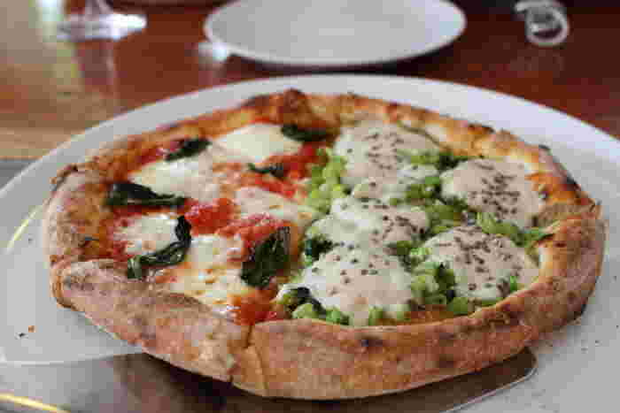 軽井沢でイタリアンといえば「エンボカ軽井沢」といわれるほどの人気店。釜焼きピザは、定番のマルゲリータはもちろん新鮮野菜をたっぷり使ったピザがおすすめです。長野ならではの、野沢菜のピザもぜひ!