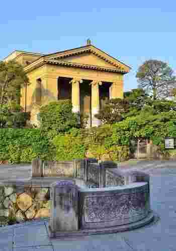 大原美術館は、先に述べたように倉敷の文化発展に欠かせない大原家の事業家・大原孫三郎(倉敷紡績の初代社長・大原幸四郎の三男・倉敷紡績の二代目社長)によって、昭和5年に設立された、日本で初めての私立の西洋美術館です。