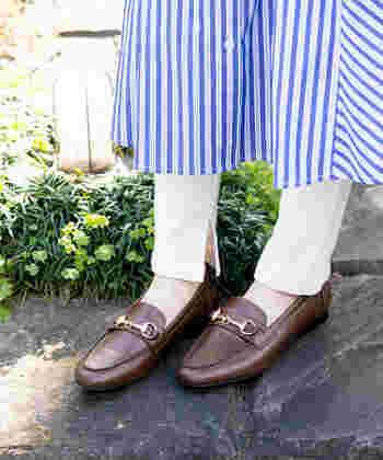 オールシーズンで使いやすい「ローファー」。一足持っていて間違いのない革靴です。軽い履き心地で、春夏コーデにもすんなり馴染みます。素材やデザインがいろいろあって迷ってしまう…という方は、少しレトロで、おじっぽさのあるローファーがオススメ。カジュアルなスタイルでも、足元に取り入れるだけで、簡単にトラッド感が演出できますよ♪