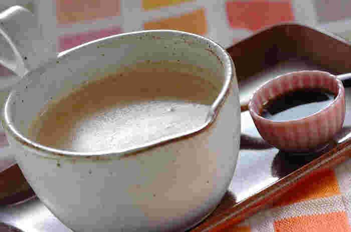"""こちらは、きな粉や黒みつなどの和素材を生かしたホットドリンクです。きな粉と粉糖は合わせて網でふるっておきましょう。牛乳を加える際は、だまにならないように""""少しずつ""""がポイント。黒みつは別の小皿に入れて、お好みの量を加えて。ちょっとしたおもてなしドリンクにもおすすめ♪"""