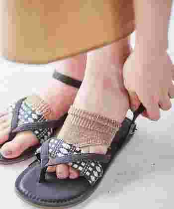 草履型のトングサンダルを履くときも、指のまたを保護するトング用ソックスを履くと、おしゃれなのはもちろん、汗を吸水してくれたり、こすれて痛くなるのを防いでくれますよ。