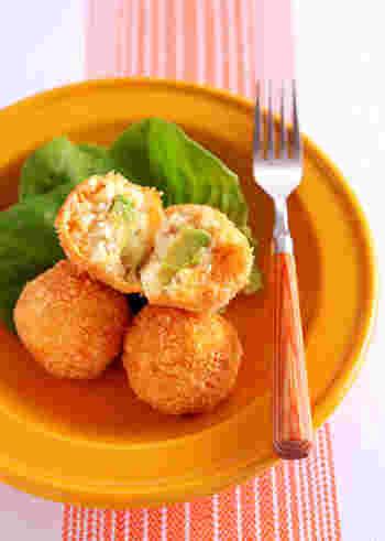 濃厚な美味しさのアボカドとクリームチーズを入れて、ボール状に仕上げたコロッケ。まん丸に成形するには、アボカドとクリームチーズを中心にするのがポイントです!