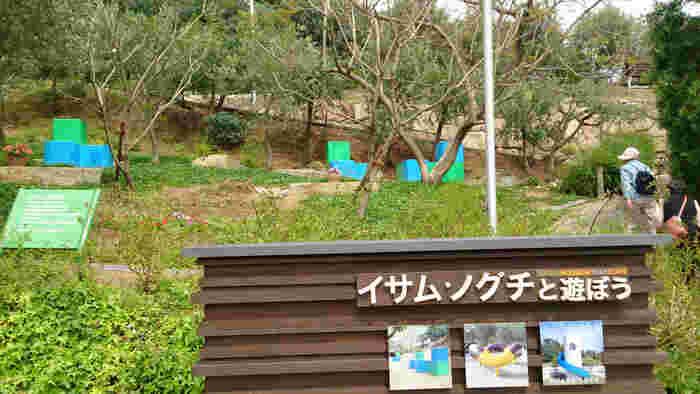 「オリーブ園」の中に、20世紀を代表する彫刻家イサム・ノグチさんの遊具彫刻が置かれています。イサム・ノグチさんは作品の素材として、香川県で産出される「花崗岩庵治石」を使ったことを縁に香川県にアトリエを構えていました。現在は高松市の「イサム・ノグチ庭園美術館」に多くの作品が展示されています。直接、芸術作品に触れられるなんて、お子さんもいい経験になりますね。