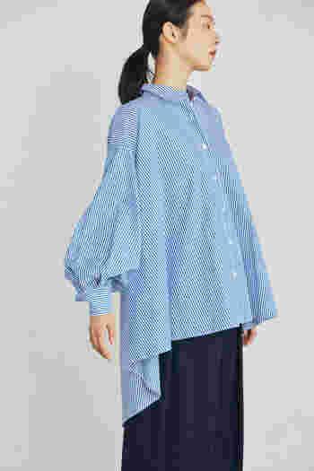 まだ暑さも残る初秋は、一枚で決まるデザインシャツをさらりと着こなしたい。メンズライクなストライプシャツは、大胆な前後差のついたヘムラインと、立体的なボリュームのある袖がポイントです。シンプルなパンツと合わせても、スタイルが完成。