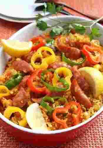 チョリソーとパプリカ・ピーマン・セロリなどをお米と一緒に炊飯器に入れて作るパエリアのレシピです。レモンを添えて爽やかに。