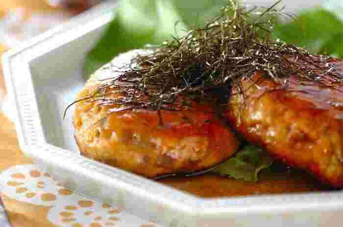 大人も子供も大好きな和風だれにご飯が進む「つくね団子」。ぎゅぎゅっと旨味の詰まったタネには、シャキッとしたれんこんのきんぴらがアクセントとなり、食感も楽しめます。