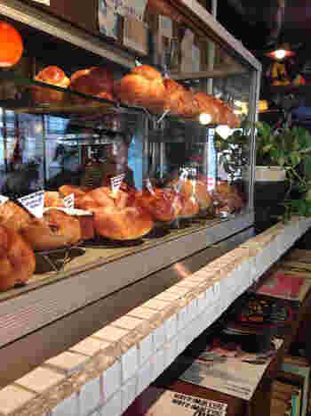 カウンターの上にはショーケースがあり、パン職人のーオーナーが作る自家製パンが、常時20種以上並べられています。定番からハード系まで、種類豊富なパンは店内で食べる事もできますし、もちろんテイクアウトも可能です。