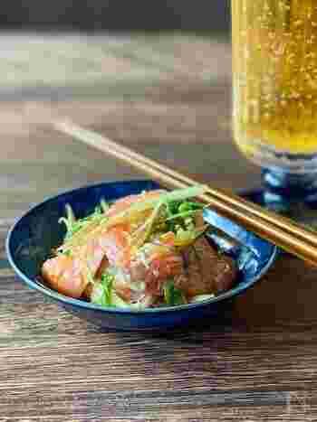 材料を切って和えるだけのカンタン副菜。サーモンの脂と薬味の爽やかさでおつまみにぴったり。