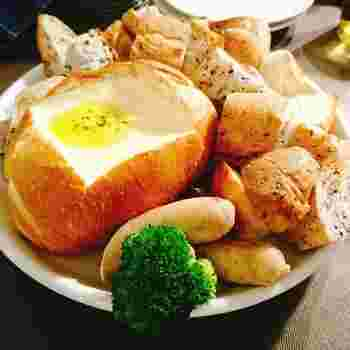 美味しいパンを使ったチーズフォンデュも美味しそう。たっぷりとチーズを独り占めして楽しみたい。