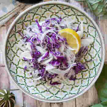 フライといえば千切りキャベツが定番ですね。お弁当には紫キャベツなどを使ってみると、彩りもよりキレイになりますよ。こちらは、玉ねぎやしらすも合わせてエスニック味のドレッシングで和えた一品。味付けはお好みでアレンジしてみましょう♪