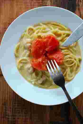 オーブンでローストしたトマトが丸ごとのったユニークなパスタ。シーフードミックスは炒めるとき白ワインを加えて香り良く仕上げます。