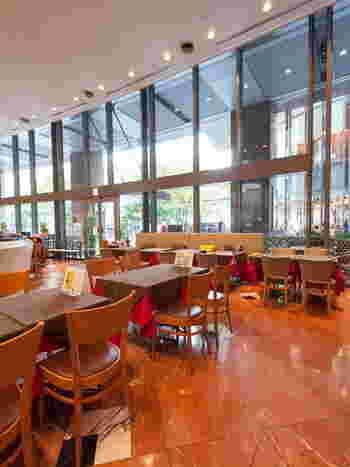 大高い天井と大きな窓がある店内は、明るく開放的で、とても居心地がよい空間が広がっています。