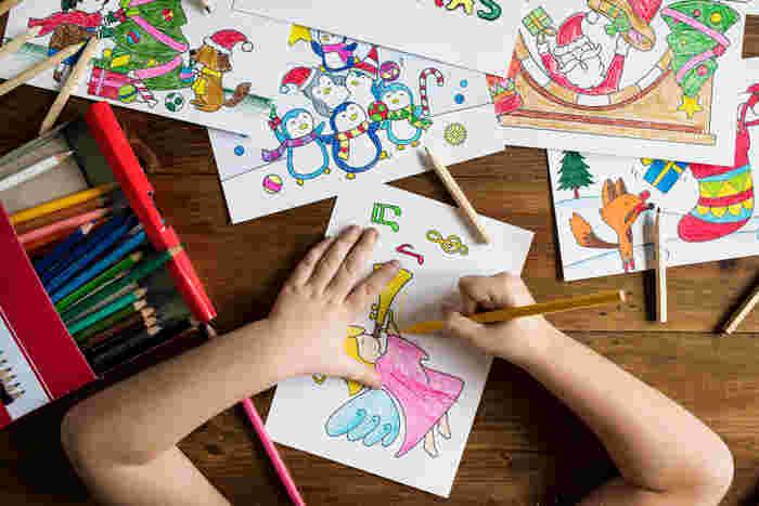 そのように、お子さんが「好き!」を示したことは、思う存分専念できる環境づくりをしてあげて。例えばお絵かき好きな子には、その道具一式と専用の収納場所を用意してあげて、自分ひとりでも遊んで、片付けられるように。片付けも遊びの延長として、自分で管理することを習慣づけてあげましょう。⼦どもの興味や好奇⼼をうまく読み取って、そこを個性として伸ばしてあげたいですね。