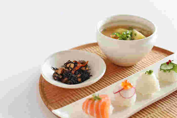 やわらかく上品な「白」が美しいUFO鉢は、和食器はもちろんのこと、ナチュラルな木製食器や北欧食器とも相性抜群。こちらのように先ほどの碗と一緒にコーディネートすると、統一感のあるおしゃれな食卓を演出できますよ◎。煮物・和え物・ソース・デザートなど中に入れる食品を選ばず、オールシーズン活躍する使い勝手の良い小鉢を、毎日の食卓にさっそく取り入れてみませんか?