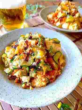 塩もみしたキュウリに、お豆腐とキムチを和えて。塩昆布も加えて、旨みをアップさせます。