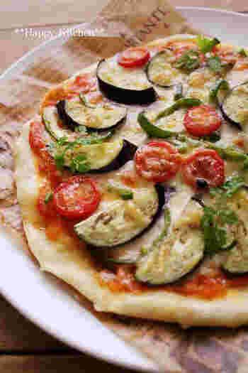 """パンではなくピザなので、""""番外編""""としてご紹介♪  こちらのピザは、発酵なしで作ることができます。もっちり食感で美味しいですよ!  トマトベース、チーズベースなど、色々トッピングを楽しめるのが嬉しいところ。誰かと一緒に作りたいレシピです。"""