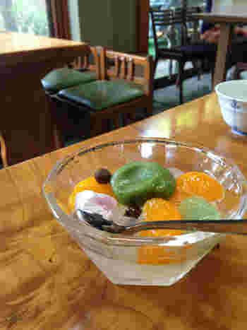 """現代のシステマティックで洒落たチェーン店、話題のカフェも良いですが、せっかくなら地域に溶け込んだ店の風情も楽しみましょう。  【ウエストサイドエリア内にある「新鶯亭」は、心も身体も休まる憩いの甘味処。(画像は、""""うぐいす""""色が美しい抹茶餡がのせられた『あんみつ』】"""