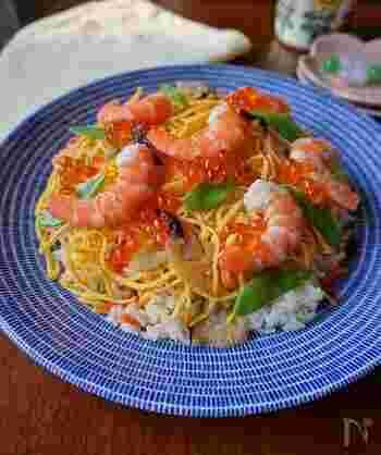 スタンダードなちらし寿司は、ぜひレパートリーに加えたい一品。酢飯に甘辛く煮たにんじんや干ししいたけなどを混ぜ、錦糸卵・エビ・絹さやなどを散らします。お祝いごとにもぴったりの華やかさです。