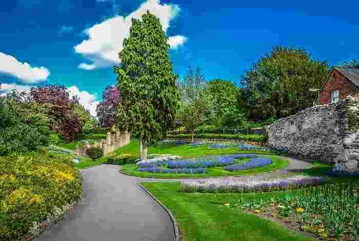 日本ほど四季がはっきりしてはいないものの、緑を愛する心は日本人にも負けないくらい。 例えばロンドンのような大都市であっても広大な公園が点在し、1人当たりの緑地面積は東京11㎡に対してロンドンは26.9㎡と約2.5倍(2011年現在)もあります。  公園で過ごすことを生活の一部のように考え、上手にリラックスする時間をつくっているイギリスの人たち。緑に囲まれた空間で季節のにおいや小鳥の声などを肌で感じる時間をつくることは、たとえ都会に住んでいる人でも可能なはずですよね。