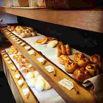 お米と小麦だけで育てた自然素材の天然酵母100%を全てのパンに使用した、こだわりパンを作る「たかたまこむぎ」 一昼夜かけてじっくりと発酵・熟成させた、小麦本来の香りが生きるパンを買いに、ぜひ足を運んでみてはいかがでしょうか。