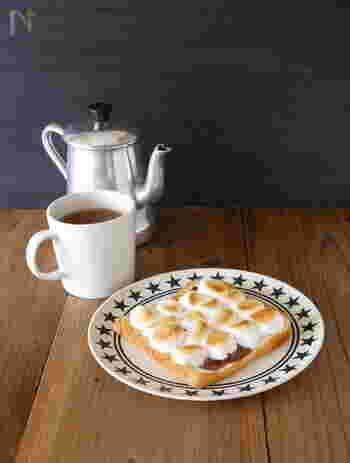 チョコとマシュマロを一緒にトーストしたチョコマシュマロトースト。マシュマロは焼くことで焦げがサクッと、中はトロ〜リの食感が癖になる美味しさなんです。マシュマロとトーストの新しい出会いに乾杯♪なレシピです。