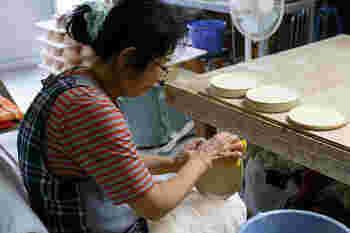 長崎県波佐見町を産地とする「HASAMI(ハサミ)」ブランド。波佐見焼は分業体制と大量生産を得意とする、400年もの歴史ある日本の焼き物。その伝統を受け継ぎながら、今の時代に新しく生まれたのが「HASAMI」です。