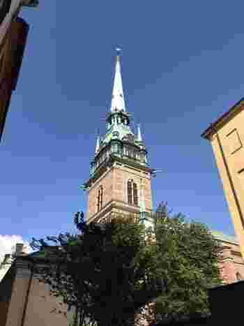 フィンランドの次はドイツ。ドイツ教会です。  こちらもガムラスタンにある教会で、ストックホルムのランドマークの一つとして数えられるスポットでもあります。  もともとは17世紀にドイツ人の商人によって作られた教会で、高さは100mほど。  さほど高い建物がないガムラスタン内でもかなり目立っています。  シャープな尖塔と美しい鐘の音で今日も観光客を魅了しています。