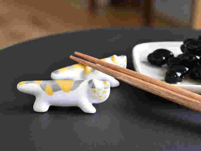 """リサ・ラーソンの箸置きには、金と銀の柄が華やかな""""三毛猫""""もあります。桐箱入りなので、おめでたいシーンや、お祝いの贈り物にもおすすめですよ。 気品のある箸置きは、オブジェのように飾っても素敵。"""