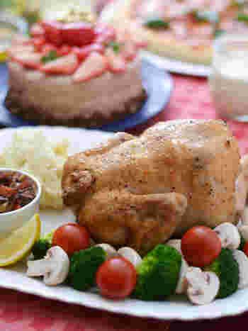 2人のお子さんを育てる「ちょりママ」さん。大人も子供も、家族そろっておいしく楽しめるメニューが人気です。 2015年は「丸鶏のロースト」にチャレンジ。味付けは岩塩と黒胡椒。フライパンで焼き付けてから、オーブンでじっくり焼き上げます。