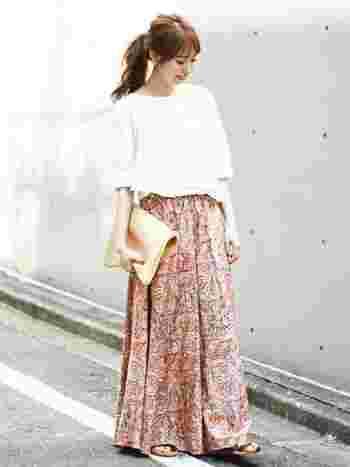 春は柄物が着たくなる季節。色鮮やかなペイズリー柄のロングスカートは、揺れる度に目を引く華やかさ。白のトップスを合わせて、スカートを主役にした爽やかなコーデにまとめましょう。