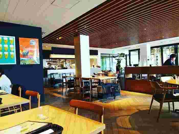 1階、2階、テラス席があり、開放的な店内。スタイリッシュな雰囲気のインテリアは、デートや女子会にもおすすめです。