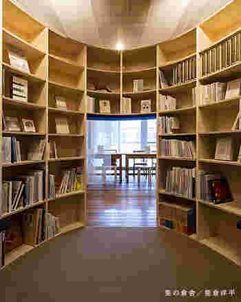 蚊帳で囲まれた静かな読書室では、約800冊もある「奈良」「伝統文化」「民芸」「農」「食」に関する図書をじっくりと読むことができます。
