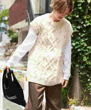 長袖インナーと合わせたいニットベストも、季節感アピールにはぴったりのアイテムです。白でまとめた同系色レイヤードも良いですが、柄トップスやチェックシャツなどにレイヤードするのも◎