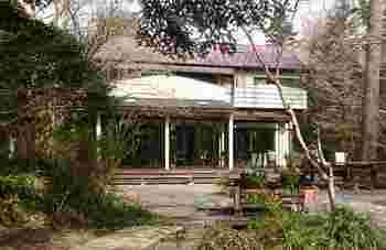 一足伸ばして、伊豆高原にあるのパン屋さんです。オシャレなお庭と外観です。