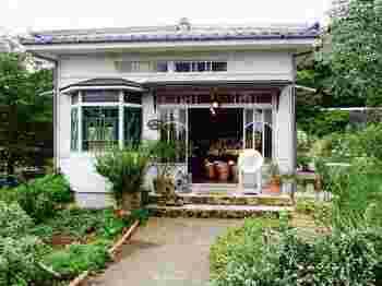 実写版の『魔女の宅急便』で主人公のキキが働くパン屋として撮影のために使われたお店もあります。現在はハーブショップ「コリコ」となっています。