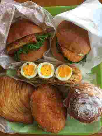 コロッケバーガーやカツサンドなどのお惣菜パンは、ランチにぴったり。次々と焼きたてが運ばれてくるので、どれにしようか迷ってしまいます。
