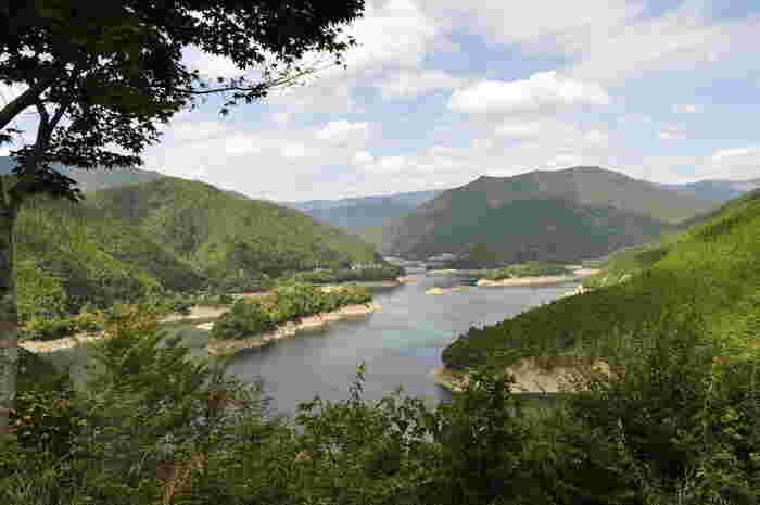魚梁瀬ダム (やなせダム)は、馬路村の勘吉森を水源とし、高知県内を悠然と流れ土佐湾に注ぎ込む奈半利川(なはりがわ)に建設されたダムです。