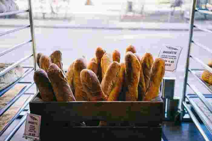 バゲットは、フランスパンの種類の1つです。フランスパンは、「パリジャン」や「バタール」など太さや形によって11種類に分かれていて、バゲットはその1つなんです。  バゲットは、長さが約70~80cm、重さが300~400g前後のフランスパンです。表面がパリパリしていて、ほんのり甘い香りがするのが特徴です。味は塩味で、お料理と一緒に食べたり、チーズなどをトッピングして食べることが多いです。