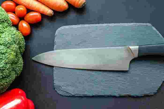 お料理するときに欠かせないアイテムといえば「包丁」ですよね。頻繁に使うものだからこそ、使いやすくて機能性の高いもの、使うとき気分が上がるかっこいいデザインのものを選びたいところ。そこで、毎日のお料理で使いたくなる、キナリノおすすめの包丁&ナイフを種類ごとにご紹介します。