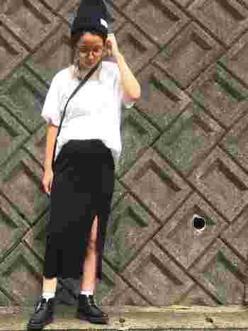 タイトスカートはメンズライクなコーディネートにも合わせやすいアイテムです。スリット入りで、よりアクティブに。