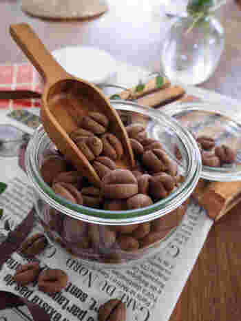 コーヒー豆の形が可愛いクッキー。お湯で溶いたインスタントコーヒーを加えて作りますが、より深みのある茶色を出すため、ココアパウダーを加えるのもポイント。生地をころころ丸めて、ナイフの裏で模様をつけてから焼きます。
