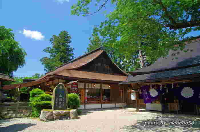 後醍醐天皇と楠木正成を主祭神として祀る吉水神社は、世界遺産「紀伊山地の霊場と参詣道」の一つに数えられています。天下を統一した関白・豊臣秀吉は、桜の名所として有名な吉水神社で盛大な花見の宴を催しました。