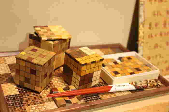 箱根では、江戸時代の終わり頃から始まったとされる寄木細工も有名です。昨今ではデザイン性などに富んだものも多く、カップやティッシュケース、コースターなどの日常使いしたいインテリア雑貨も揃っています。