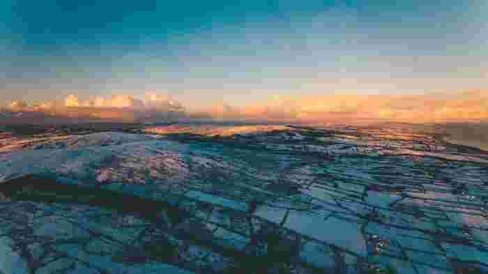 極寒の厳しい土地でありながらも、アイルランドならではの雄大な景色が広がる美しい映画なので、映像美も必見です。
