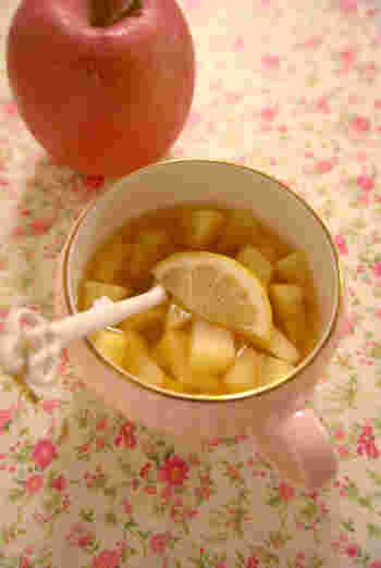【ティフィンでほっとアップルティーカクテル】  紅茶リキュールを水で割って、りんごをたっぷりと加えてレンジでチン!リンゴと相性のいいシナモンを加えると、香りよく仕上がります。牛乳で割ってもミルクティーのような味わいになって美味しいですよ。