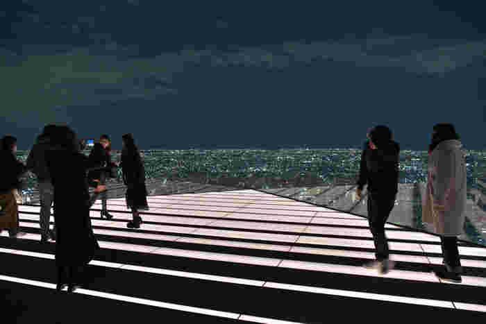 2019年にオープンした「渋谷スクランブルスクエア」は、渋谷では最も高い地上47階建ての複合商業施設です。屋上の「SHIBUYA SKY」は遮る物が何もない圧倒的な開放感!夜景がきれいなデートスポットとしても人気です。