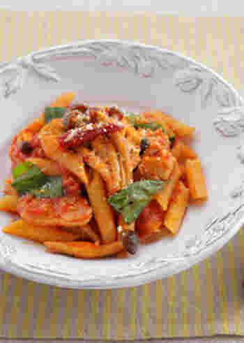 アラビアータに相性抜群のチキンをプラスしたレシピ。 唐辛子には、エネルギー代謝をアップさせる効果があるといわれますが、さらにチキンをプラスすることでたんぱく質も補えます。