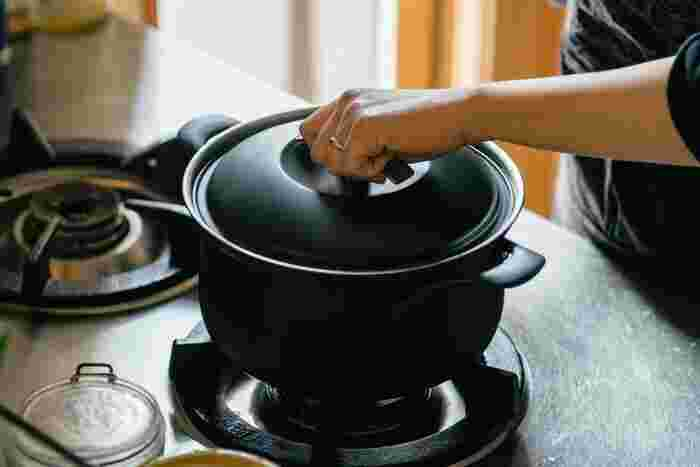 無水調理とはその名の通り、水を使わない調理法のこと。水の代わりに素材が持っている水分や脂を活用し、通常より少ない水分で調理します。