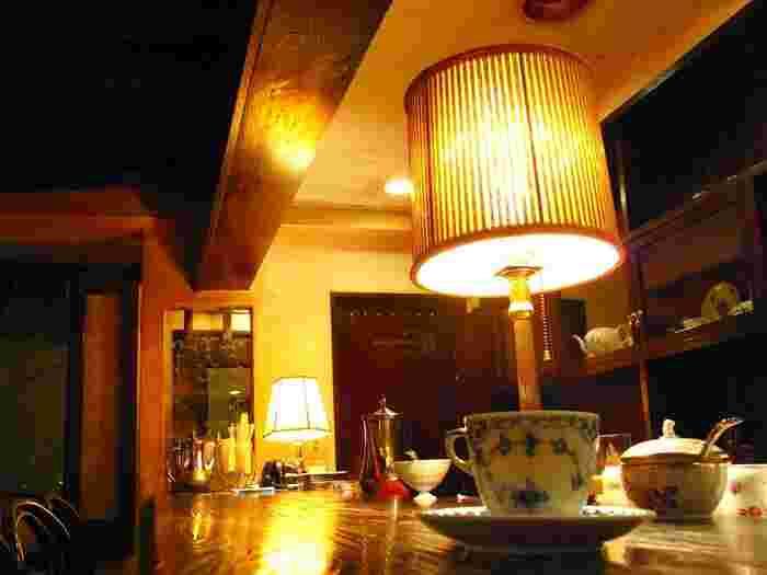 近年はカジュアルなカフェが増えていますが、レトロな純喫茶には時代を重ねることで生まれた贅沢な空間があります。一歩足を踏み入れれば、まるで昭和にタイムスリップをしたかのよう。 コーヒー一杯だけでも幸せを感じることができるような東京の喫茶店をご紹介します。